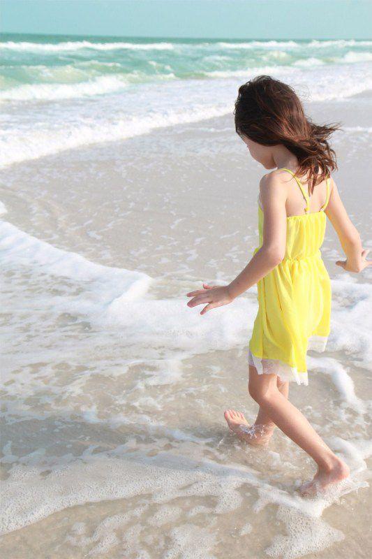 清新加可爱:小女孩在海边玩