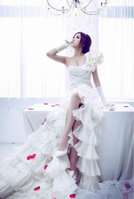 美女穿上长长白色婚纱外衣