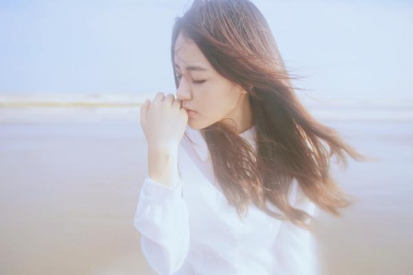 在海边白色衣服女子 拉响小提曲