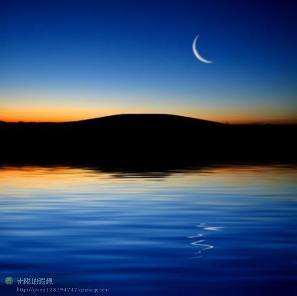 月色,淡淡如水 文 / 感悟铭记   【一】   静夜,看月无语的倾泻,听心在无声的诉说,柔柔的心音和温婉的音乐交织缠绵成支支动人夜曲,伴心入眠、让心沉醉。灯光的温柔紧裹着渐欲冷却的丝丝缕缕,静然的夜色抚摸着经历过的起起落落。有多少的日子,有多少的感触,有多少的渴盼,都在轻歌曼舞的美妙里化为袅袅飞烟,直入梦中也无法模糊的视线……   心中有纠结时,想着,生活总有起起落落或者会遇到烦心事,但明天依然是明天;心中有幸福时,深藏着,用心去感受,在流年里做淡淡的自己,安然如水。生活有