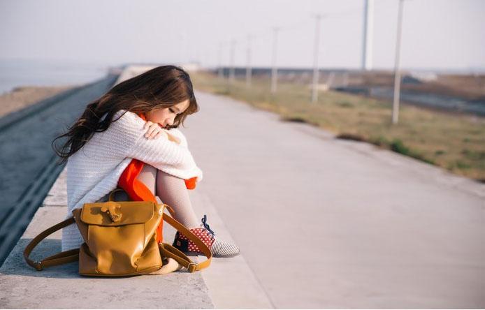 有点孤单的qq皮肤女生:一个人,喜欢够安静旅行