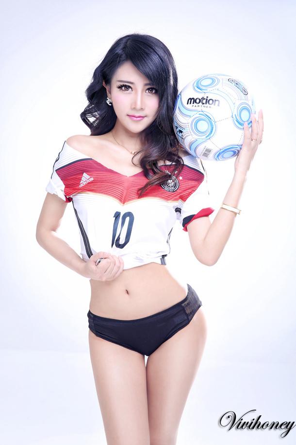 夏小薇2014qq足球宝贝皮肤:带点霸气,美姿势