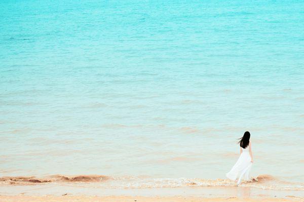 小清新qq唯美大图皮肤:在海边玩,淡静更深是美丽