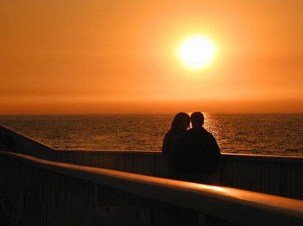 夕阳下的qq情侣皮肤图片:爱你会已续