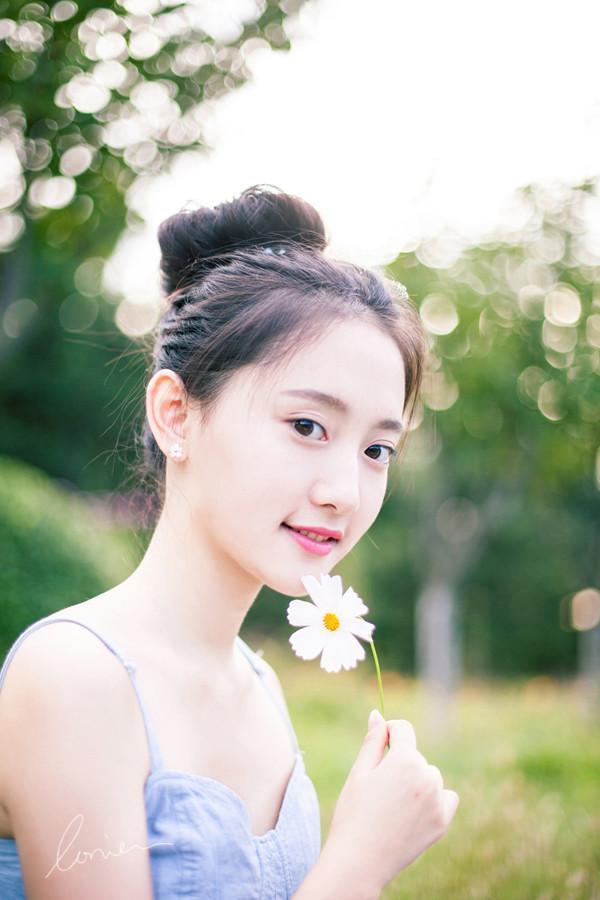 qq唯美小清新皮肤图片 手里拿着小鲜花